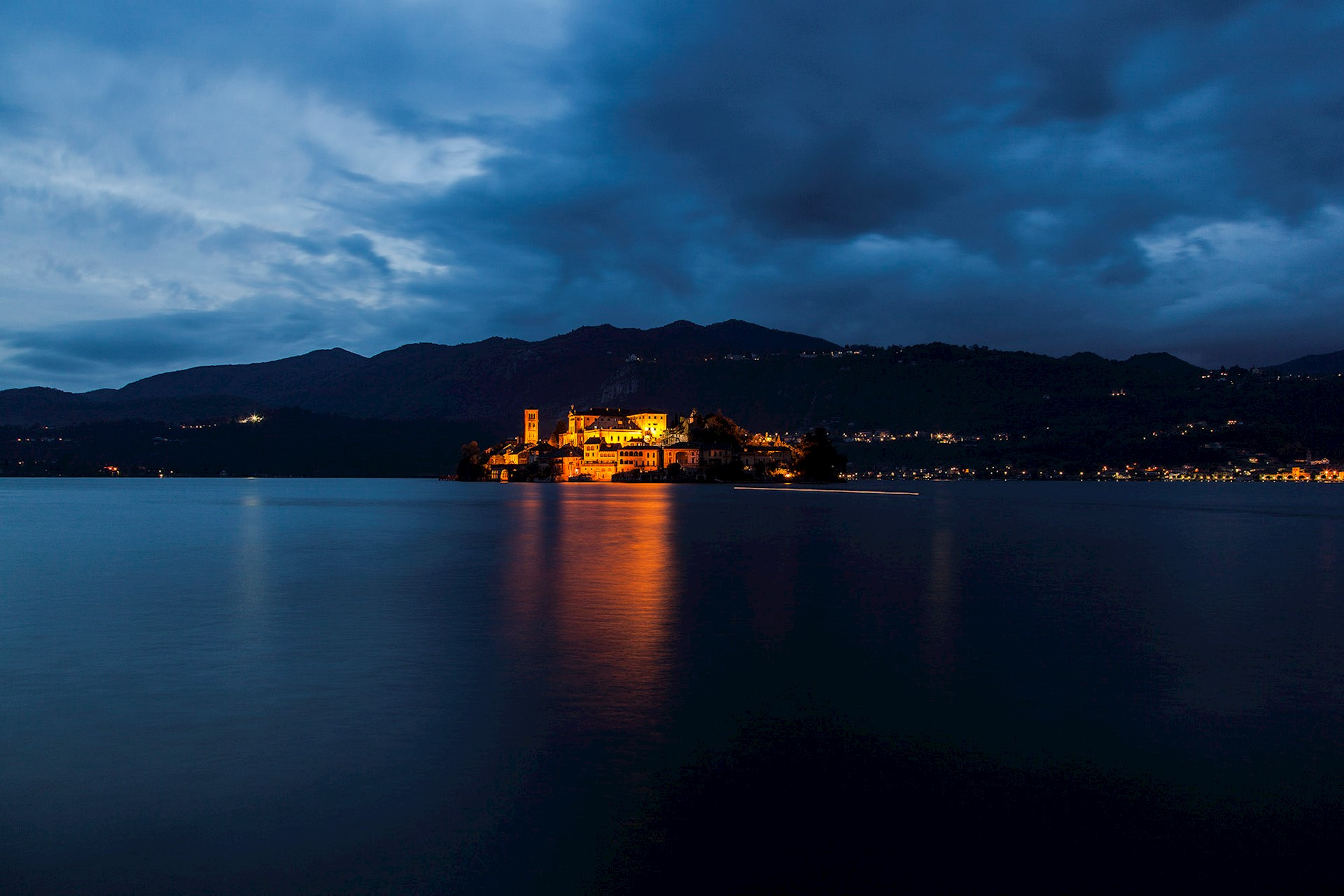 Orta: the medieval village, the San Giulio Island and the Sacred Mount